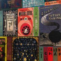 Kép 1/4 - HARRY POTTER témájú tapéta - Roxforti tankönyvek mintával - MinaLima design BubbleStore